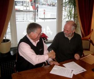 Greg Peterson, Präsident des Robert H. Jackson Center und Rainer Huhle vom NMRZ besiegeln den Vertrag über die Übergabe der Ausstellung.