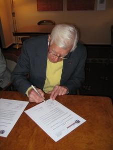 Whitney R. Harris, ehemaliger Ankläger am Internationalen Militärtribunal in Nürnberg, bestätigt die Übergabe bei seinem Besuch am 30. November 2008 in Nürnberg.