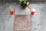 Die Bronzeplatte befindet sich in der Scharrerstraße